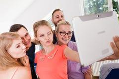 Étudiants d'amis prenant la photo d'individu avec le comprimé Images libres de droits