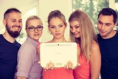 Étudiants d'amis prenant la photo d'individu avec le comprimé Photos libres de droits