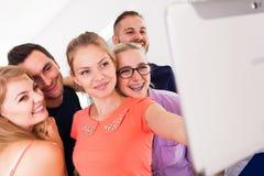 Étudiants d'amis prenant la photo d'individu avec le comprimé Photos stock