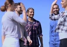 Étudiants d'amis se donnant de hauts cinq Photo stock