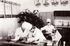 Étudiants d'institut médical à la photo de vintage de Service de Biologie Photographie stock libre de droits