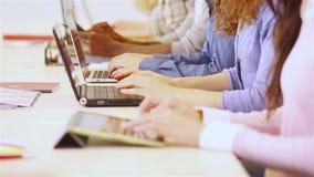 Étudiants dactylographiant sur l'ordinateur avec des mains Photo stock