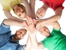 Étudiants dans des vêtements colorés liant Photo libre de droits