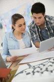 Étudiants dans l'architecture travaillant sur le projet utilisant le comprimé Photo libre de droits