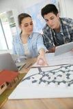 Étudiants dans l'architecture travaillant sur le projet utilisant le comprimé Photos libres de droits