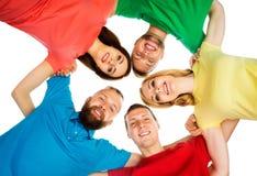 Étudiants dans l'habillement coloré se tenant ensemble Image libre de droits