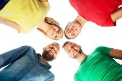 Étudiants dans l'habillement coloré se tenant ensemble Photo stock