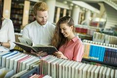 Étudiants dans la bibliothèque Images libres de droits
