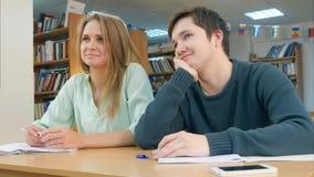 Étudiants dans la classe écoutant un tuteur Photo stock