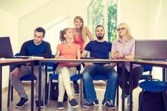 Étudiants dans la salle de classe pendant la coupure Photographie stock libre de droits