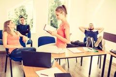 Étudiants dans la salle de classe pendant la coupure Photos libres de droits