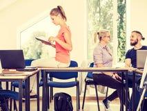 Étudiants dans la salle de classe pendant la coupure Image stock