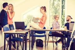 Étudiants dans la salle de classe pendant la coupure Photos stock
