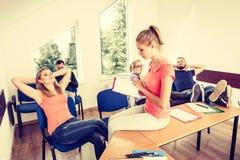 Étudiants dans la salle de classe pendant la coupure Photo stock