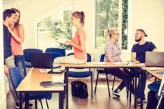 Étudiants dans la salle de classe pendant la coupure Image libre de droits