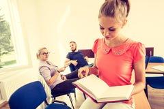 Étudiants dans la salle de classe pendant la coupure Images stock