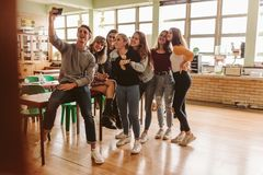 Étudiants dans la salle de classe prenant le selfie photographie stock