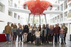 Étudiants dans le bâtiment moderne d'université, grand portrait de groupe Photographie stock