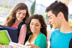 Étudiants dans le campus Photos libres de droits