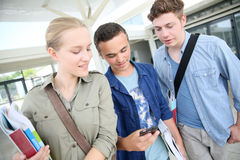 Étudiants dans le campus avec le smartohone Photo libre de droits