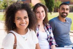 Étudiants dans le campus d'école Images libres de droits