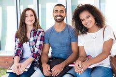 Étudiants dans le campus d'école Photos stock