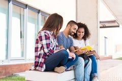 Étudiants dans le campus d'école Photos libres de droits
