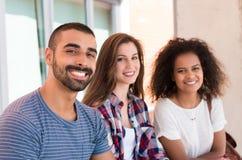 Étudiants dans le campus d'école Images stock