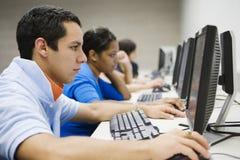 Étudiants dans le laboratoire d'ordinateur de lycée Image stock