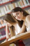 Étudiants dans une bibliothèque Images libres de droits