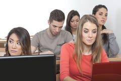 Étudiants dans une salle de classe Images libres de droits