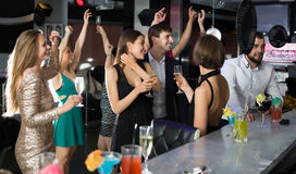 Étudiants dansant dans la barre Photographie stock libre de droits