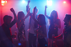 Étudiants dansant dans le club Images libres de droits