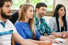 Étudiants de collègues dans la salle de classe photos stock