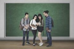 Étudiants de diversité étudiant avec un comprimé Photos stock