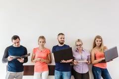 Étudiants de diversité apprenant utilisant la technologie Photos libres de droits