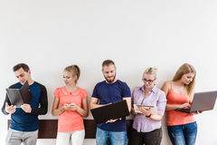 Étudiants de diversité apprenant utilisant la technologie Photo stock
