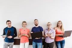 Étudiants de diversité apprenant utilisant la technologie Images stock