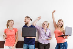 Étudiants de diversité apprenant utilisant la technologie Photo libre de droits