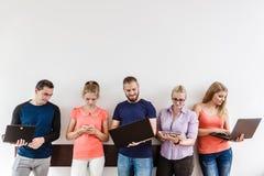Étudiants de diversité apprenant utilisant la technologie Image stock