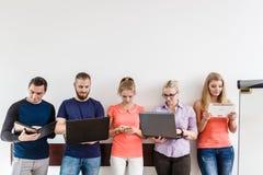Étudiants de diversité apprenant utilisant la technologie Image libre de droits