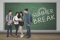Étudiants de diversité avec le texte de la coupure d'été Photo libre de droits