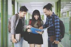 Étudiants de diversité discutant une tâche Image libre de droits