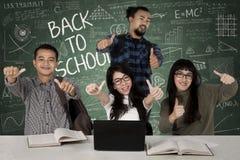 Étudiants de diversité renonçant à des pouces Photo stock