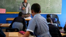 Étudiants de enseignement de professeur masculin dans la classe 4k clips vidéos