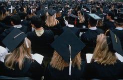 Étudiants de graduation dans le capuchon et des robes Images libres de droits