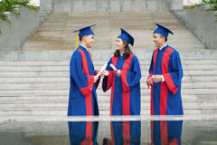 Étudiants de graduation parlants Images libres de droits