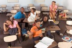 Étudiants de Highschool salissant dans la classe pendant la rupture Images libres de droits