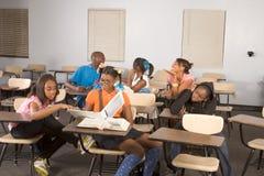 Étudiants de Highschool salissant dans la classe pendant la rupture Photographie stock libre de droits