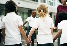Étudiants de jardin d'enfants se tenant tenants des mains Photo stock